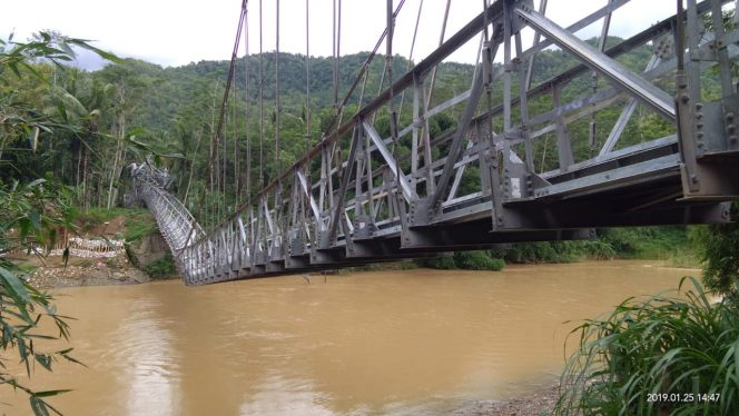 Jembatan penghubung antar desa di Desa Banjarsari Dusun Blunding Kecamatan Pacitan