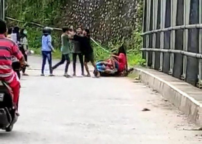 Urusan Asmara, Sekelompok Remaja Baku Hantam di Jembatan