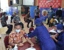 Pegawai Dinas PUPR ikuti program vaksinasi Covid-19 pada Kamis (8/4). (Foto:lintas7.net).