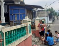 Warga berada diluar rumah sesaat gempa melanda pada Sabtu (10/4) siang. (Foto:lintas7.net)