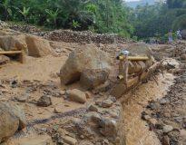 Akses Karangrejo menuju Waduk Tukul tertutup material banjir batu. (foto istimewa).