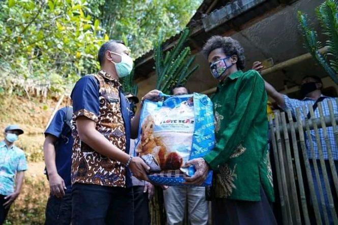 Bupati Salurkan Bantuan Warga Yang Terdampak PPKM Darurat