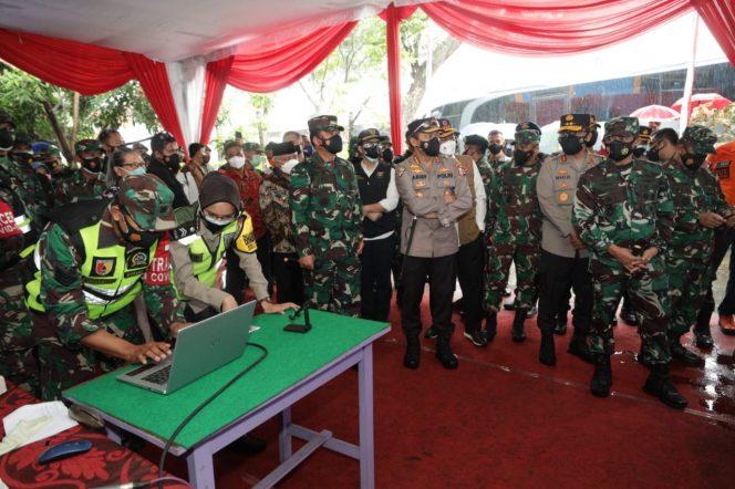 Panglima TNI dan Kabaharkam Polri, Didampingi Forkopimda Jatim Cek Penggunaan Aplikasi Tracer Silacak